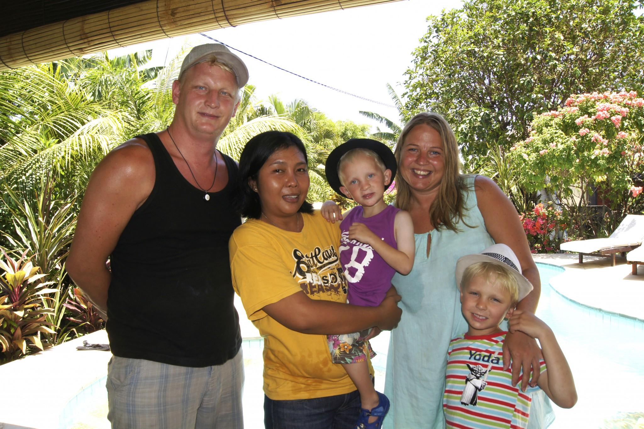Villa Beranda, Bali. Familjen Thunberg tillsammans med Wiwin. Foto Erik Thunberg