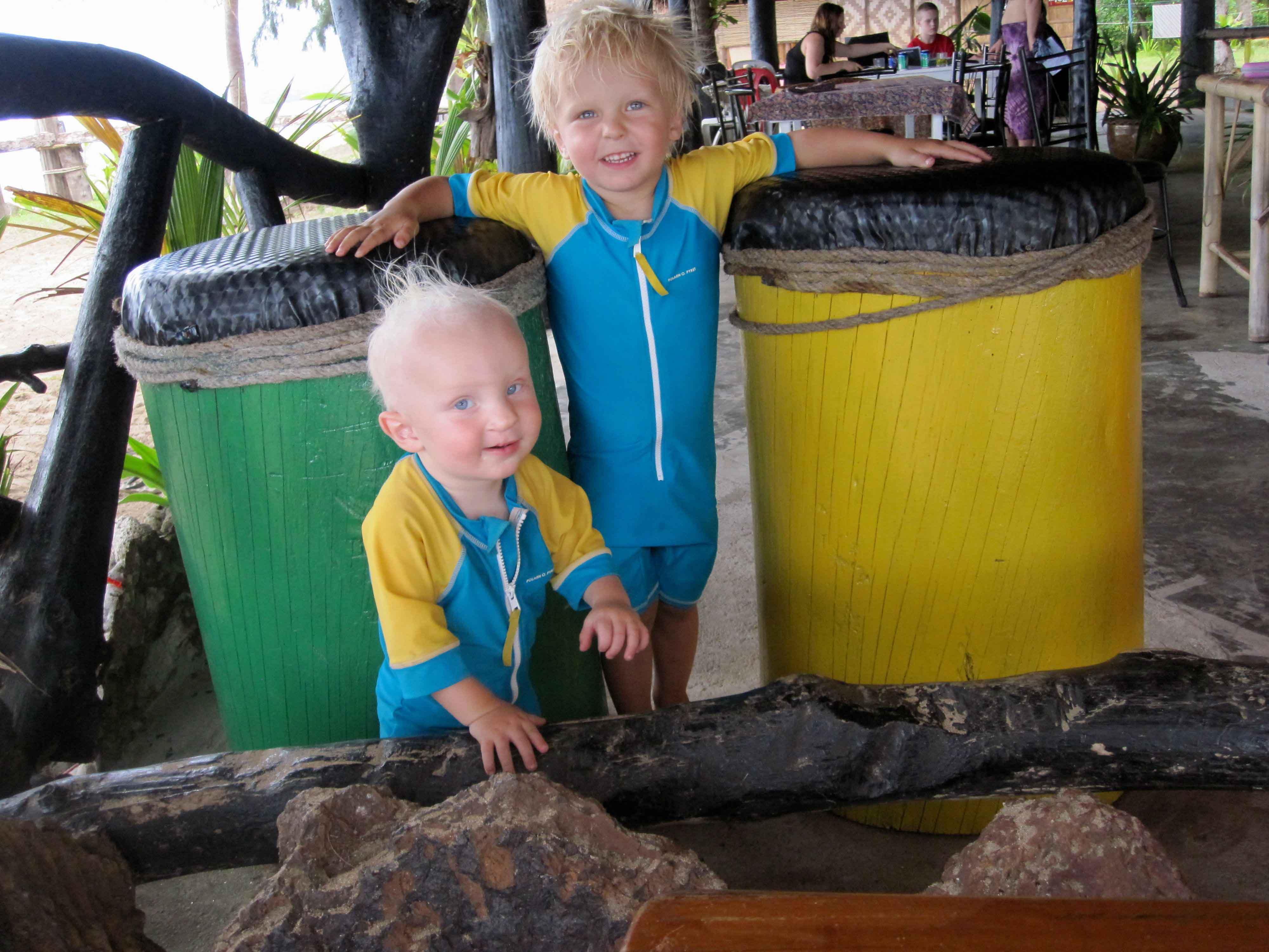 Milo och Jack på en underbar plats, Freedom Hut resort på Koh Jum. Foto Ida Thunberg